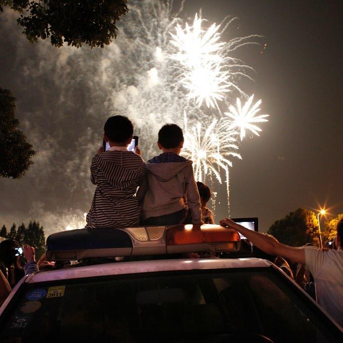 enfants devant un feu d'artifice
