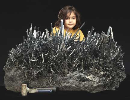 Un minéral de collection : des cristaux de stibine chinoise.