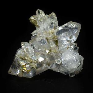 En photos ci-dessus, un très beau spécimen de quartz avec épidote des Alpes française, et plus particulièrement de Savoie.